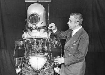 Emilio Herrera junto a su prototipo de traje espacial